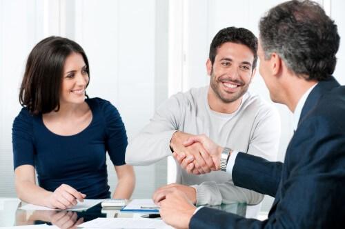 זוג בפגישה עם יועץ למיחזור משכנתא