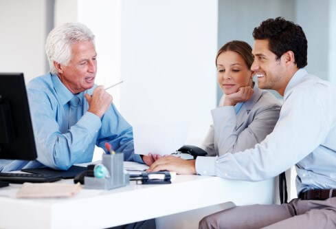 זוג בפגישת ייעוץ הקשורה למיחזור משכנתא
