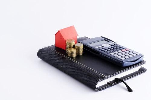 תמונה של מחשבון, בית ומטבעות
