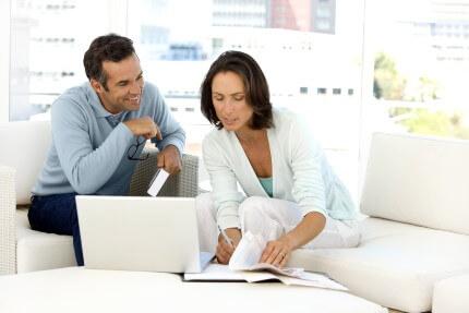 זוג בוחן הצעה למשכנתא שקיבל מיועץ משכנתא