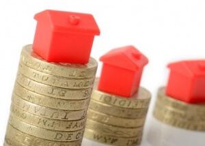 קוביות של בתים מעל מטבעות כסף