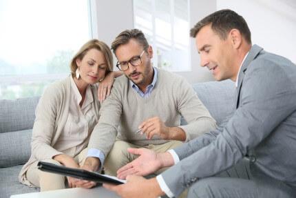 זוג שמתלבט בין לקיחת משכנתא או הלוואה