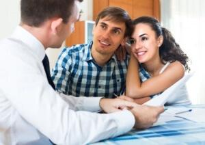 זוג מקבל ייעוץ מיועץ משכנתא לגבי המשימות לאחר פתיחת תיק משכנתא
