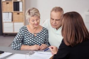 זוג יושב עם יועצת משכנתא בנוגע למחזור