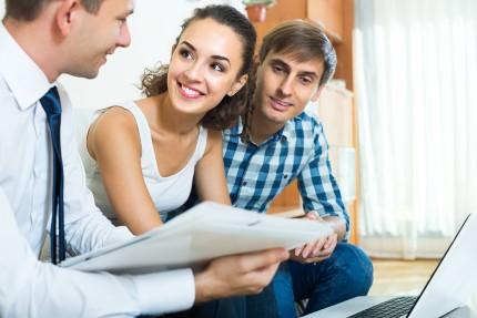 זוג בפגישה על ביטוח נכס
