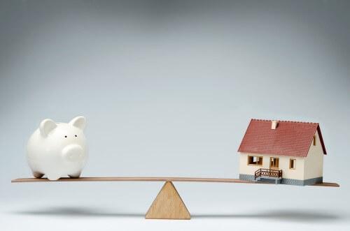 מאזניים ועליהם בית לעומת כסף