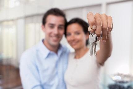 זוג שקיבל מפתחות לדירה שלהם במחיר למשתכן