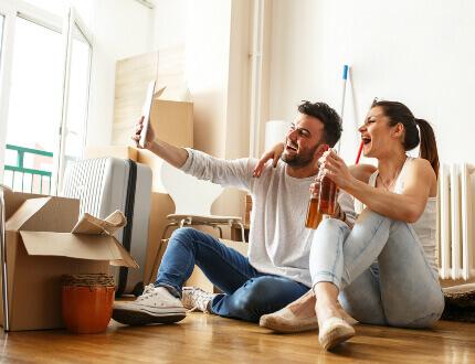 זוג צעיר בדירה שקיבל במסגרת מחיר למשתכן אור יהודה