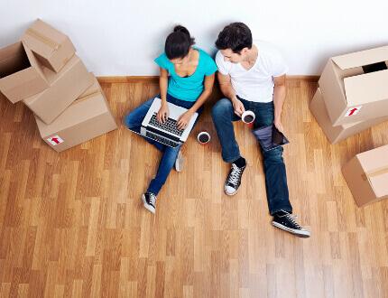 זוג צעיר בדירה חדשה