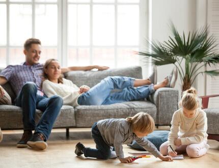 משפחה בדירה שזכתה במסגרת מחיר למשתכן