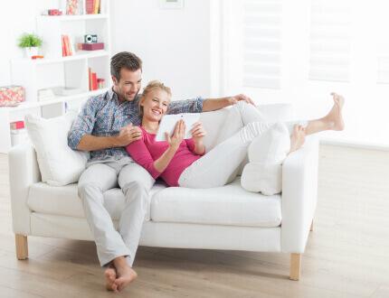 זוג צעיר בבית החדש שזכה במסגרת מחיר למשתכן רחובות