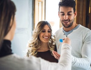 זוג צעיר מקבל מפתח לדירה במסגרת מחיר למשתכן פתח תקווה