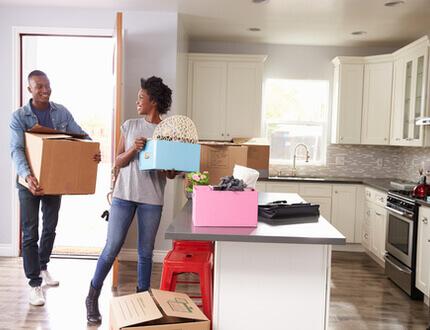 זוג צעיר בדירה בפרויקט מחיר למשתכן תל אביב יפו