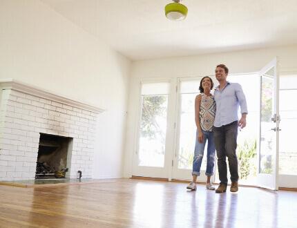 זוג צעיר בדירה בעכו במסגרת פרויקט מחיר למשתכן